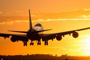 Boeing_747_landing_at_Barcelona_in_a_golden_sunset-680x365_c